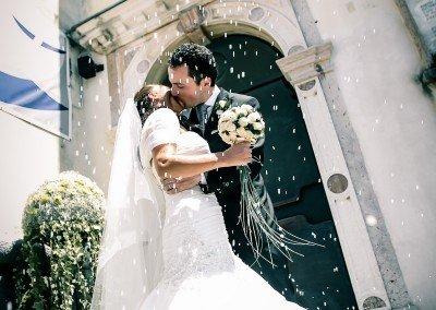 Una romantica pioggia di riso festeggiando i novelli sposi