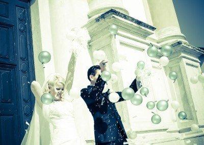 Tra palloncini e piogge di riso viva gli sposi nel giorno più bello