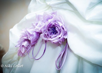 Dettagli floreali eleganti in un abito da sposa
