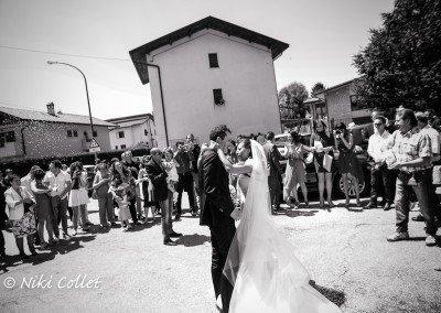 Attimi di festa fra fotografie, riso e applausi dopo il matrimonio