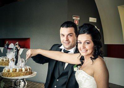 I preparativi prima della festa di matrimonio fra sorrisi e taglio della torta