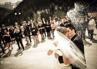 Viva gli sposi! Un bacio fra riso, applausi e scatti dal telefonino