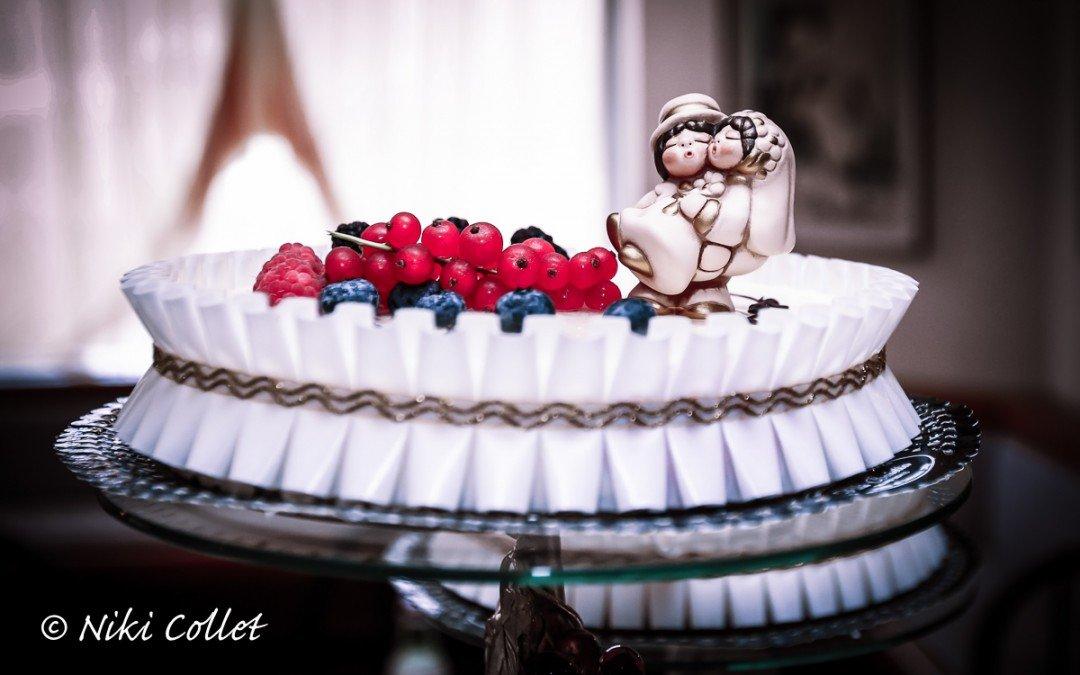 Scegliere l'abito da sposa, la torta nuziale, la musica e il fotografo di matrimonio.