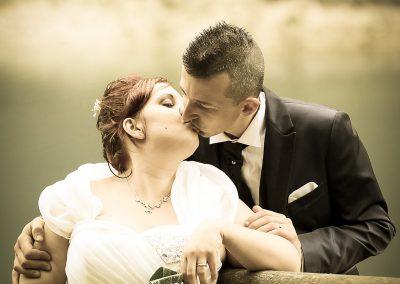 Un bacio romantico dopo la celebrazione delle nozze fotografia matrimonio