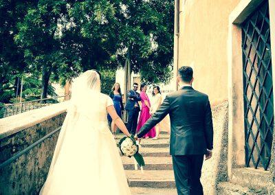 Fotografia sposi mano nella mano dopo la cerimonia di nozze