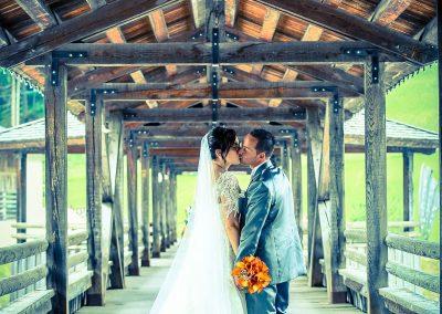 Foto matrimonio cornice storica e romantica ponte di legno