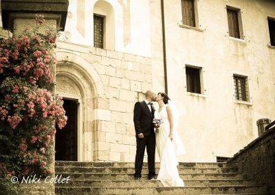 Foto di matrimonio un bacio sulla scalinata