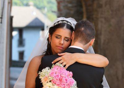 Abbraccio fra sposi fotografia di matrimonio