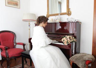 Sposa al pianoforte servizio fotografico matrimoniale