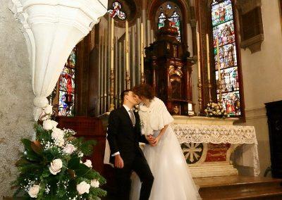 Sposi sull'altare fotografie di matrimonio