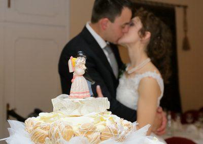 Torta nuziale e bacio degli sposi