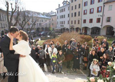 foto sposi dopo la messa servizi fotografici matrimonio di Niki Collet