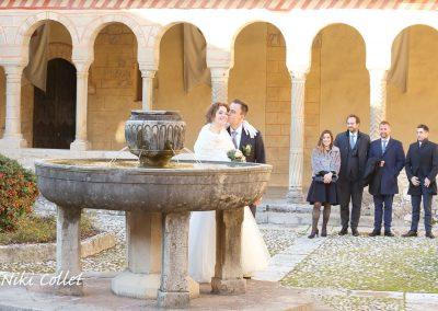 gli sposi e i testimoni di nozze sullo sfondo servizi fotografici matrimonio di Niki Collet