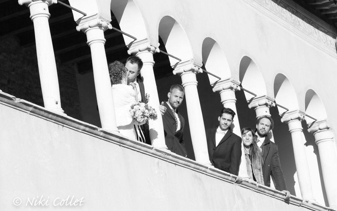 Gli sposi e i loro amici in uno scatto dopo la cerimonia