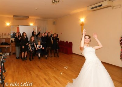 lancio del bouquet festeggiamenti servizi fotografici matrimonio di Niki Collet