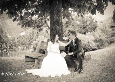 Sposi seduti sulla panchina dopo le nozze fotografie di matrimonio