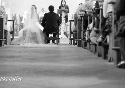 Sposi in chiesa effetto bianco e nero fotografia Niki Collet