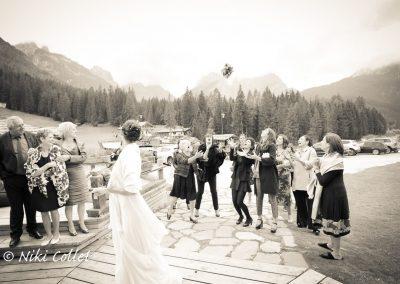 lancio del bouquet catturare il momento fotografo per matrimoni