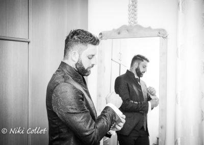Sposo preparativi prima della cerimonia di nozze