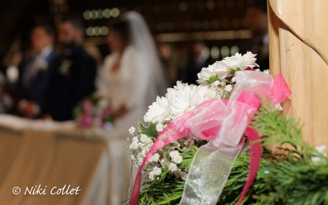 La delicatezza dei fiori bianchi e i nastri rosa