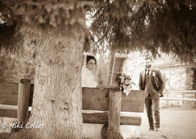 due sposi e un bouquet nella natura servizi fotografici