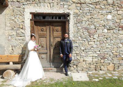 gli sposi dopo la cerimonia in una giornata di sole foto di matrimonio