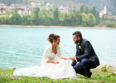 sposi per mano in riva al lago foto di matrimoni